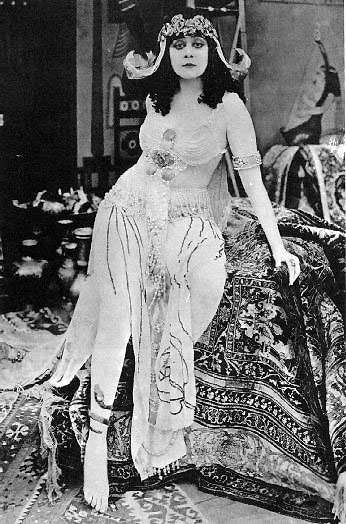 http://www.hollywoodoutbreak.com/wp-content/uploads/2009/07/theda-bara.jpg