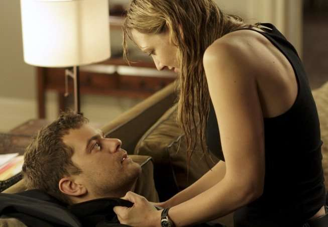 Over Here, Peter (Joshua Jackson, L) and Olivia (Anna Torv, R) get closer in the FRINGE Season Three premiere episode &quot;The Box&quot; airing Thursday, Sept. 30 (9:00-10:00 PM ET/PT) on FOX. 2010 Fox Broadcasting Co. CR: Michael Courtney/FOX 