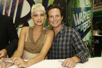 V stars Morena Baccarin (left) and Scott Wolf (right) signing at the Warner Bros. booth (Copyright 2010 WBEI)