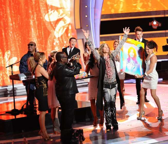 Stevie Wonder sings to help celebrate Steven Tyler's birthday on AMERICAN IDOL. CR: Michael Becker / FOX.