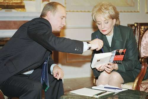 """TAS 16 .MOSCOW,RUSSIA. November 8 Russian President Vladimir Putin (L) pictured signing his book published in USA at the request of a U.S.' ABC television anchor Barbara Walters (R) here on Thursday. (Photo ITAR-TASS/ Vladimir Rodionov,Sergei Velichkin) ----- ÒÀÑ19 Ðîññèÿ, Ìîñêâà. 8 íîÿáðÿ. Ïðåçèäåíò ÐÔ Âëàäèìèð Ïóòèí äàë èíòåðâüþ òåëåêîìïàíèè Ýé-áè-ñè íàêàíóíå ñâîåãî âèçèòà â ÑØÀ . Íà ñíèìêå: âåäóùàÿ òåëåêîìïàíèè Ýé-áè-ñè Áàðáàðà Óîëòåðñ ïîïðîñèëà ïðåçèäåíòà ÐÔ Âëàäèìèðà Ïóòèíà ïîäïèñàòü åãî êíèãó """" Îò ïåðâîãî ëèöà"""" , èçäàííóþ â ÑØÀ. Ôîòî Âëàäèìèðà Ðîäèîíîâà è Ñåðãåÿ Âåëè÷êèíà (ÈÒÀÐ-ÒÀÑÑ)"""
