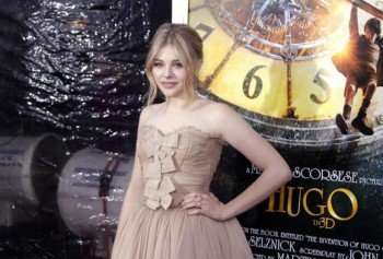 chloe-grace-moretz-arrives-on-the-carpet-for-the-hugo-premiere-at-the-ziegfeld-theater-in-new-york_2